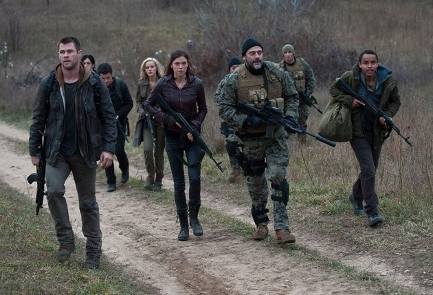 Chris Hemsworth. Jeffrey Dean Morgan, Josh Hutcherson, Isabel Lucas e Adrianne Palicki in Red Dawn