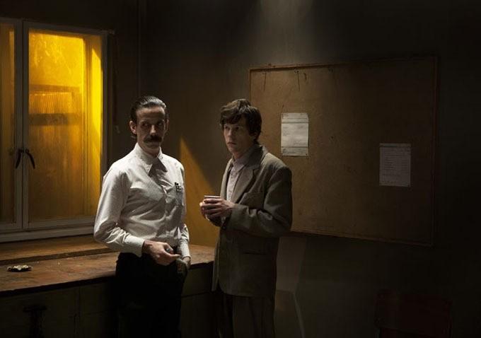 Jesse Eisenberg e Noah Taylor in una scena di The Double
