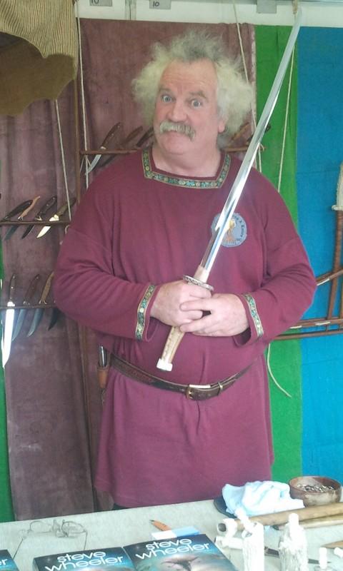 in attesa della premiere de Lo Hobbit: un viaggio inaspettato, un venditore allo Hobbit Artisan Markt di Wellington
