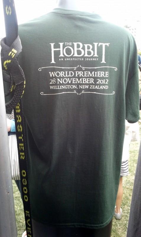 in attesa della premiere de Lo Hobbit: un viaggio inaspettato, una t-shirt allo Hobbit Artisan Markt di Wellington
