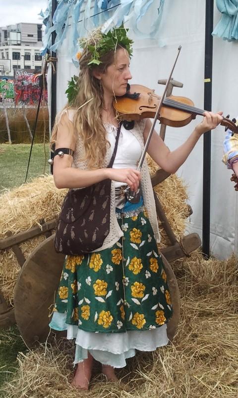 in attesa della premiere de Lo Hobbit: un viaggio inaspettato, una violinista allo Hobbit Artisan Markt di Wellington