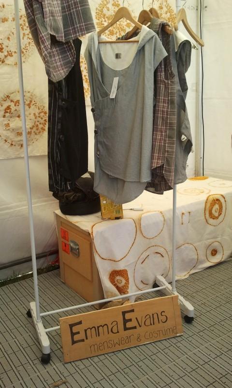 Alcuni abiti di Emma Evans al mercatino organizzato a Wellington per Lo Hobbit: un viaggio inaspettato
