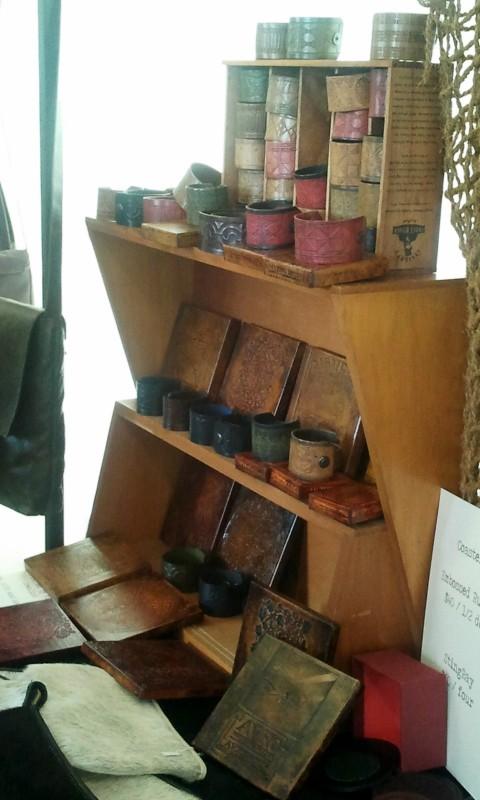 Lo Hobbit: un viaggio inaspettato: una immagine del mercatino Hobbit organizzato a Wellington - manufatti in pelle