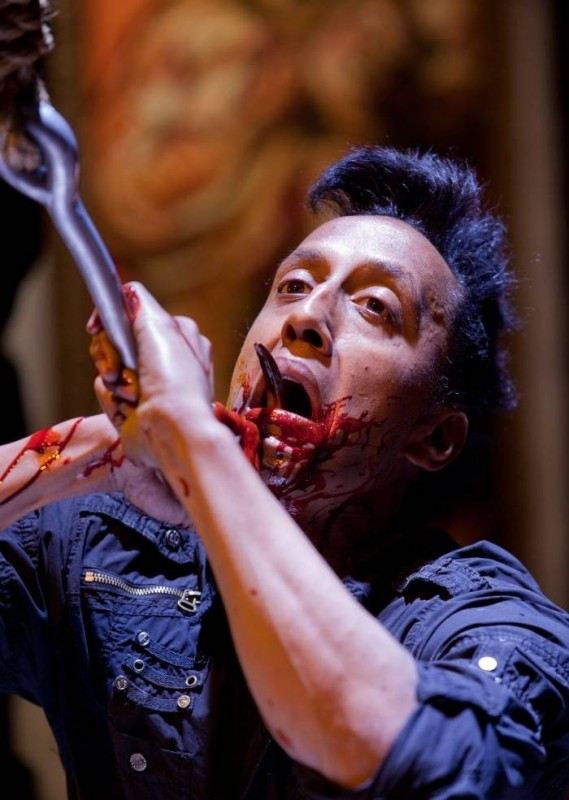 Andre Royo in una cruenta scena di The Collection