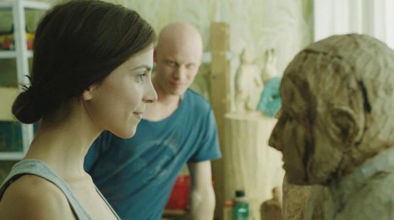Aylin Tezel con Tomas Lemarquis (alle sue spalle) nel dramma Am Himmel der Tag (2012)