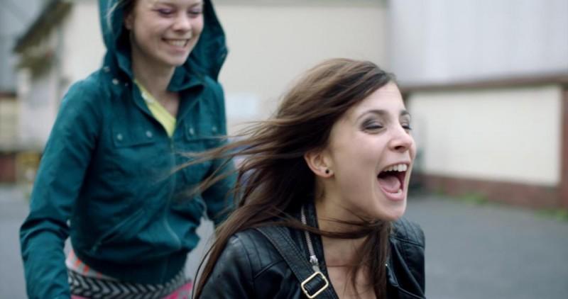 Aylin Tezel in una scena di Am Himmel der Tag (2012)