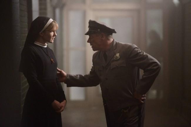 American Horror Story, Asylum - Lily Rabe nell'episodio Dark Cousin mentre parla con Fredric Lehne