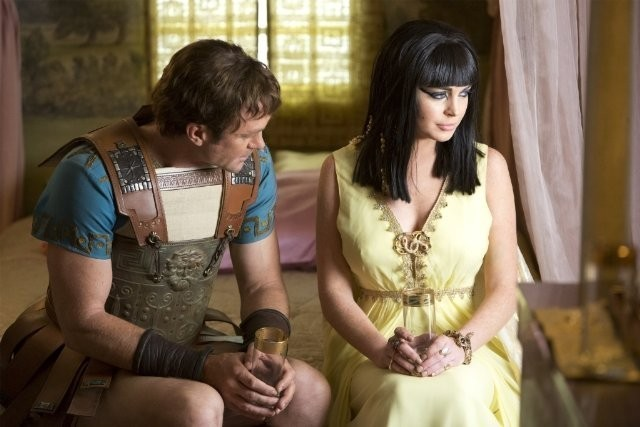 Lindsay Lohan e Grant Bowler in Liz and Dick: Richard e Liz sul set di 'Cleopatra'