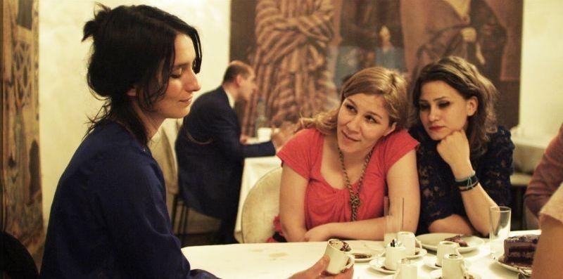 Present tense: Sanem Öge in una scena del film legge il futuro nei fondi di caffé