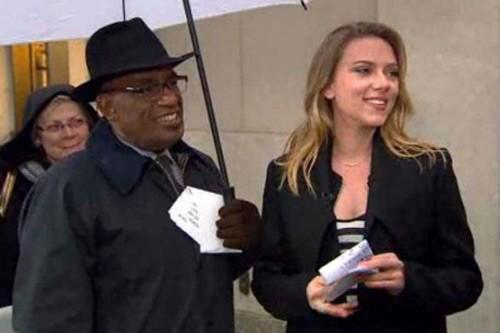 Scarlett Johansson si improvvisa lettrice del meteo al The Today Show, nel 2012