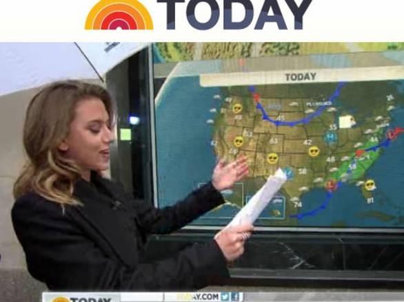 Scarlett Johansson si improvvisa lettrice del meteo durante il programma The Today Show, nel 2012