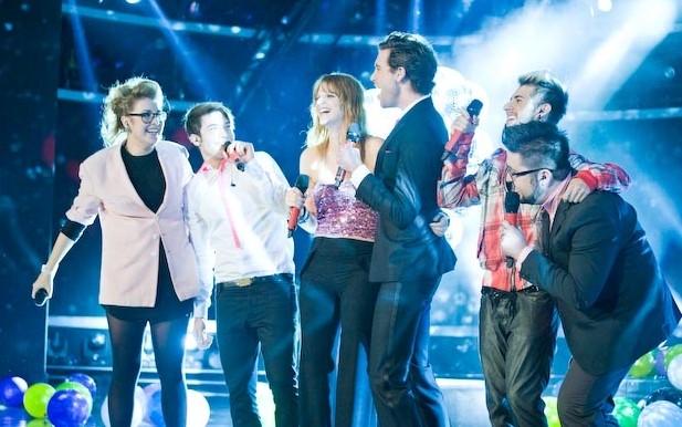 X Factor 6: Mika si esibisce con i giovani concorrenti del talent show