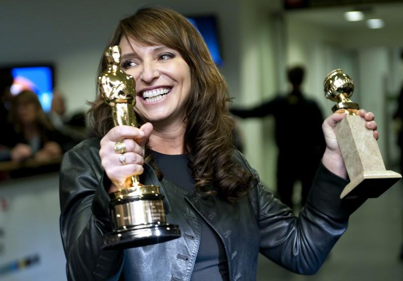Love Is All You Need: la regista Susanne Bier mostra i suoi trofei in una foto promozionale