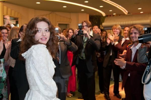 Amanda Seyfried nei panni di Linda Lovelace circondata dal pubblico in una scena di Lovelace