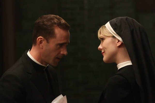 American Horror Story, Asylum - Lily Rabe con Joseph Fiennes nell'episodio Unholy Night