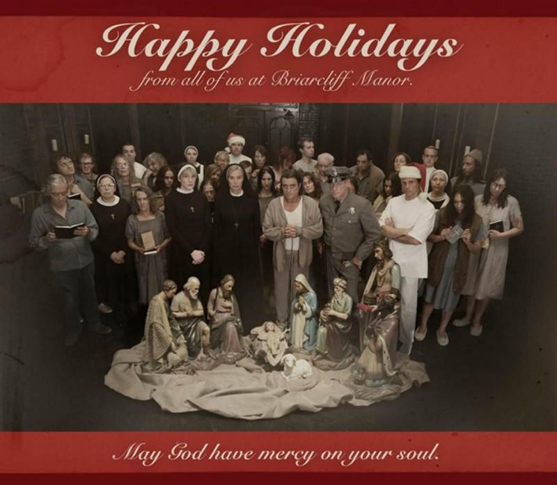 American Horror Story, Asylum: lo staff del Briarcliff Manor augura Buone Feste in una immagine promozionale della serie.