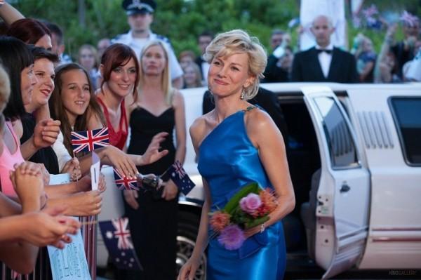 Diana: Naomi Watts nei panni della principessa Diana Spencer sorride alla folla che la attende