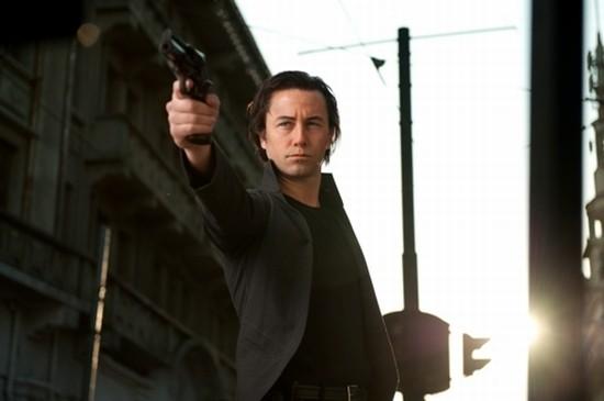 Joseph Gordon-Levitt in una violenta scena di Looper
