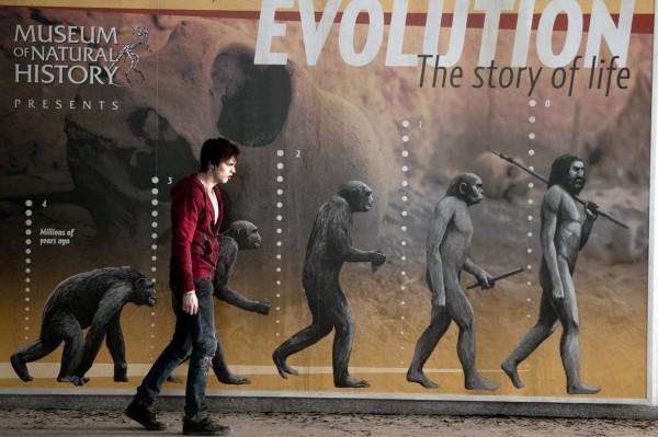 Nicholas Hoult in un'esilarante immagine evolutiva di Warm Bodies