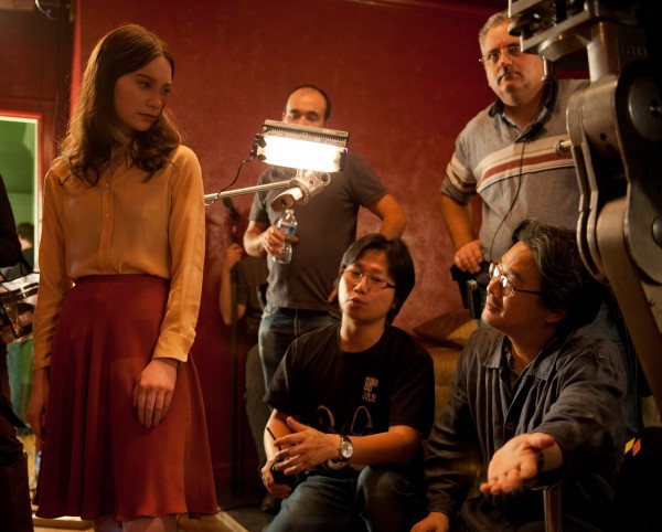 Stoker: Mia Wasikowska e il regista Park Chan-wook sul set
