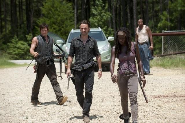 The Walking Dead: Andrew Lincoln, Norman Reedus e Danai Gurira in una scena dell'episodio Infiltrati