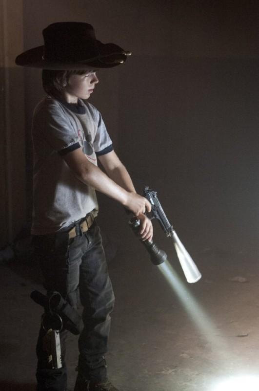 The Walking Dead: Chandler Riggs è il piccolo Carl Grimes nell'episodio Fatti per soffrire