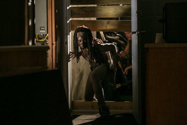 The Walking Dead: Danai Gurira in una scena dell'episodio Fatti per soffrire