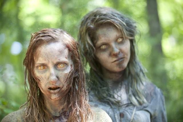 The Walking Dead: l'immagine di due Erranti nell'episodio Infiltrati