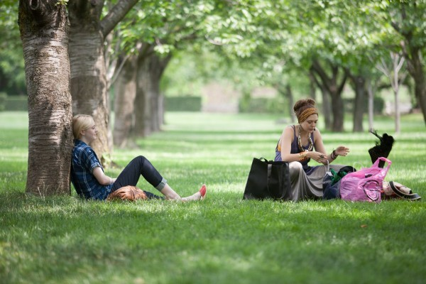 Very Good Girls: Dakota Fanning ed Elizabeth Olsen al parco