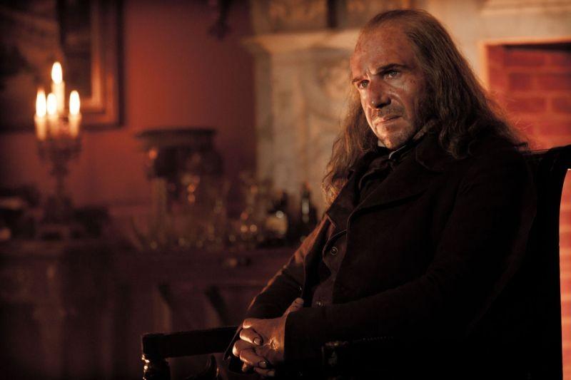 Grandi speranze: Ralph Fiennes nei panni di Magwitch in una scena
