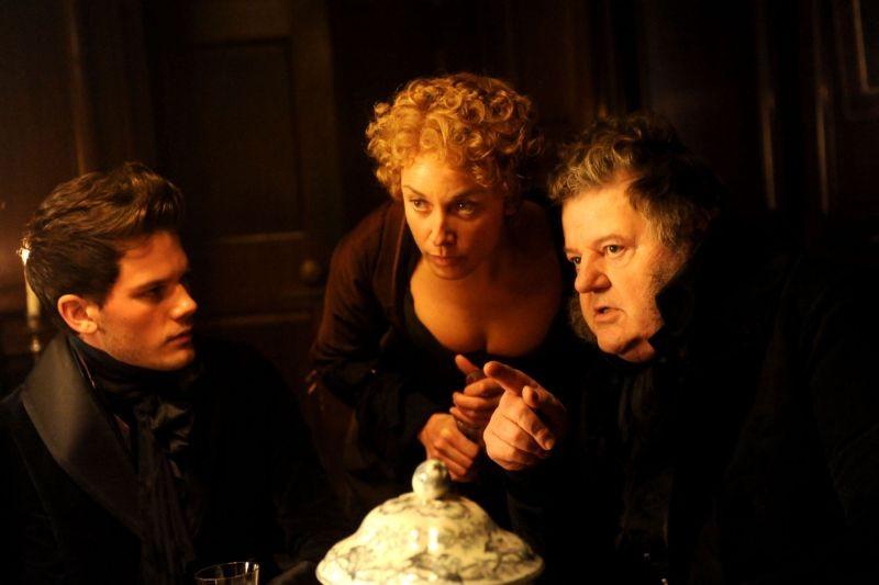 Jeremy Irvine in una scena di Grandi speranze con Tamzin Outhwaite e Robbie Coltrane