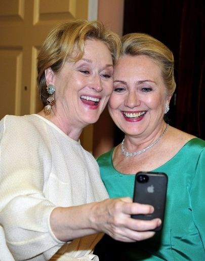Meryl Streep e Hillary Clinton in posa per un autoscatto in occasione dei Kennedy Center Honors
