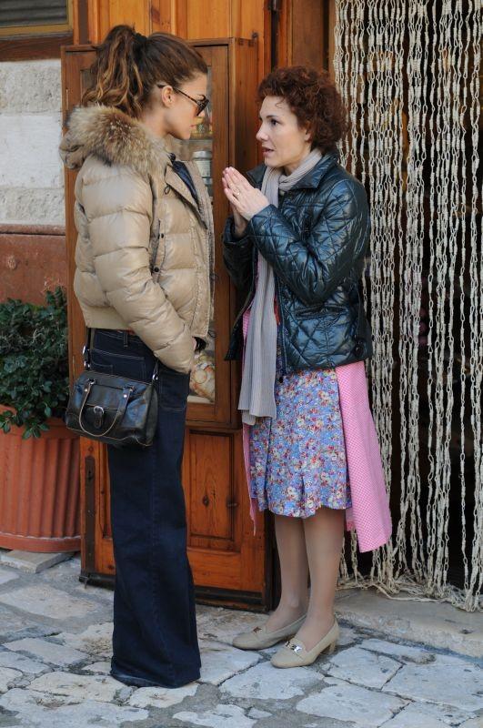 Si può fare l'amore vestiti?, la protagonista Bianca Guaccero in una scena con Anna Ferruzzo