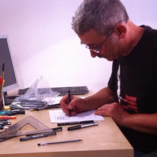Bruno Cannucciari, disegnatore di Lupo Alberto, disegna ripreso dalle telecamere di Fumettology