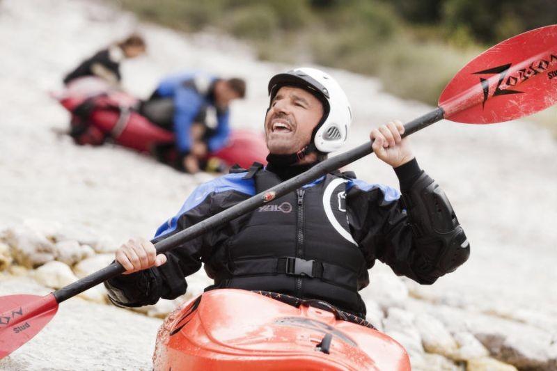 Colpi di fulmine: Christian De Sica in canoa in una scena