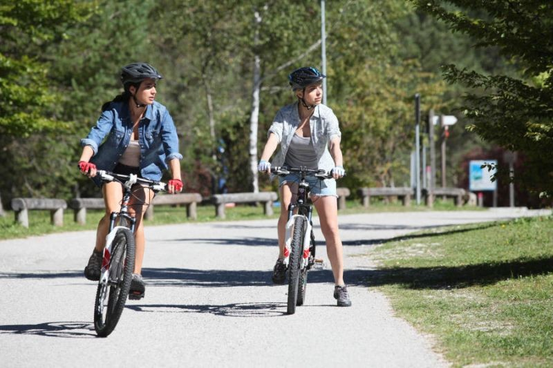 Colpi di fulmine: Luisa Ranieri in una scena in bicicletta