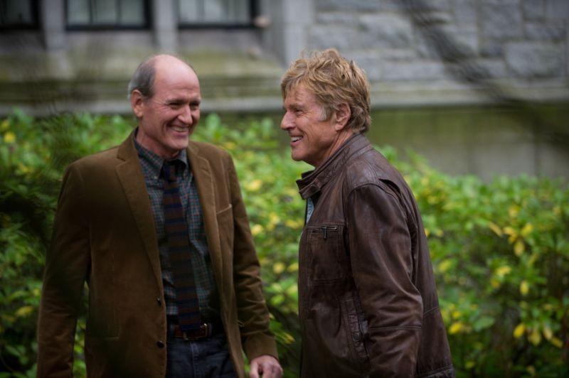 La regola del silenzio: Richard Jenkins e Robert Redford sorridenti sul set