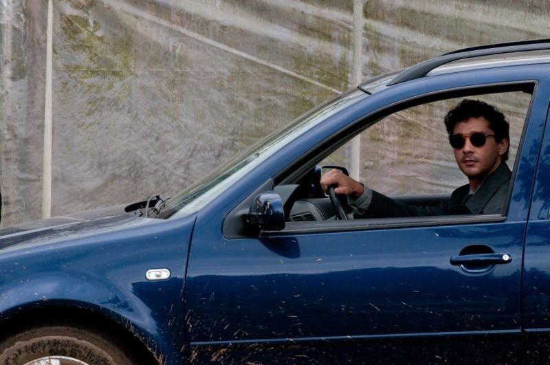 La regola del silenzio: Shia LaBeouf a bordo della sua auto in una scena del film
