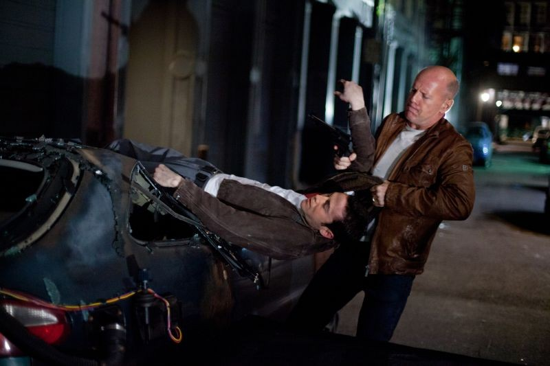 Bruce Willis cattura Joseph Gordon-Levitt in una scena di Looper