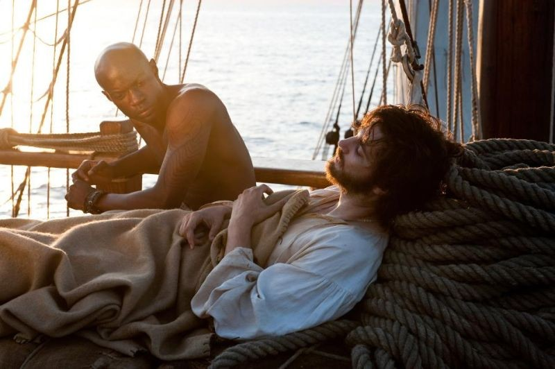 Cloud Atlas: Jim Sturgess insieme a David Gyasi nei panni di Adam e Autua in una scena