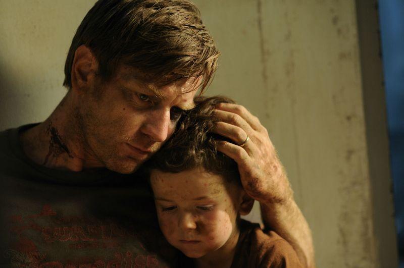 Ewan McGregor con il piccolo Oaklee Pendergast in The Impossible