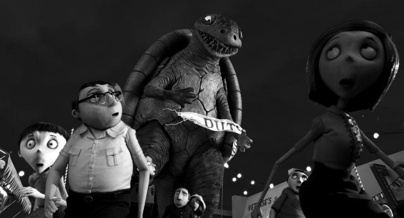 Frankenweenie: un mostro minaccia la popolazione in una scena del film
