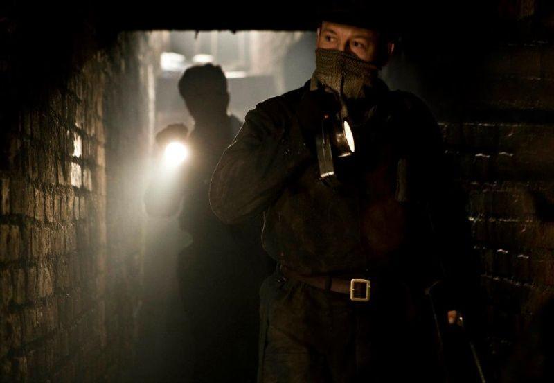 In Darkness: Robert Wieckiewicz, nei panni di un addetto alle fogne, in una scena del film