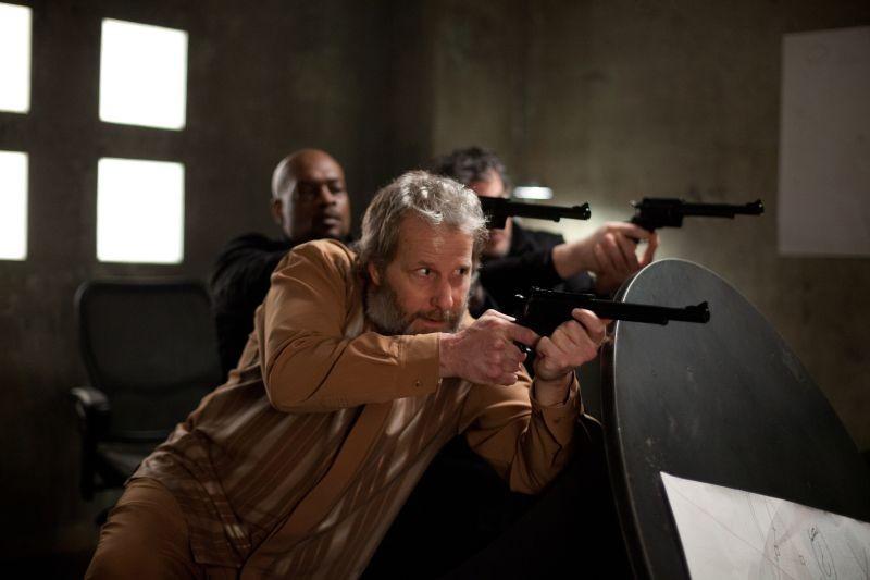 Jeff Daniels in una scena di Looper