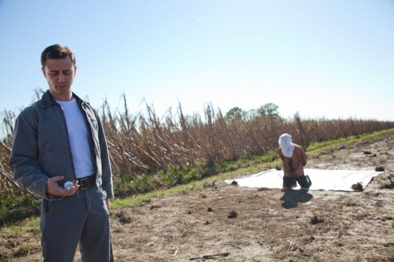 Il protagonista Joseph Gordon-Levitt in azione in una scena di Looper