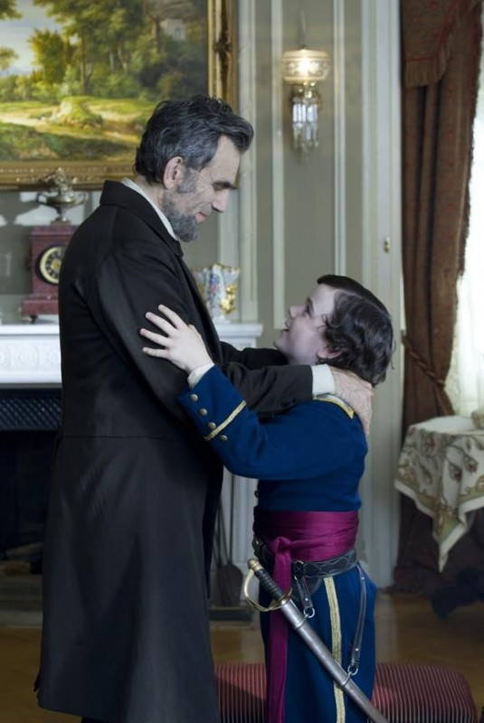 Lincoln: Daniel Day-Lewis insieme al piccolo Gulliver McGrath in una scena del film