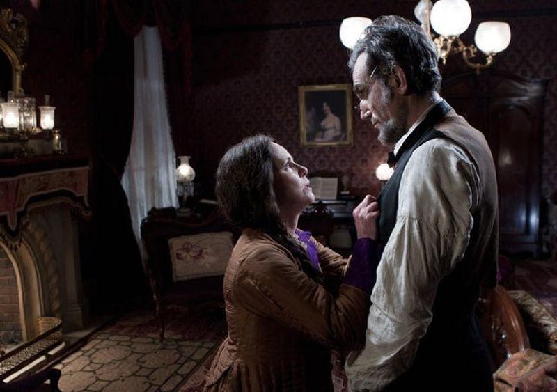 Lincoln: Sally Field insieme a Daniel Day-Lewis in una scena del film