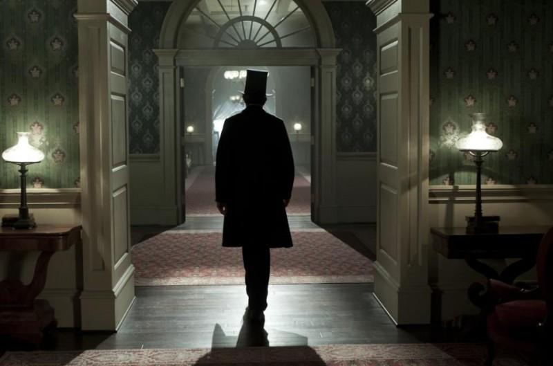Lincoln: una suggestiva immagine di Daniel Day-Lewis di spalle nei panni di Abramo Lincoln