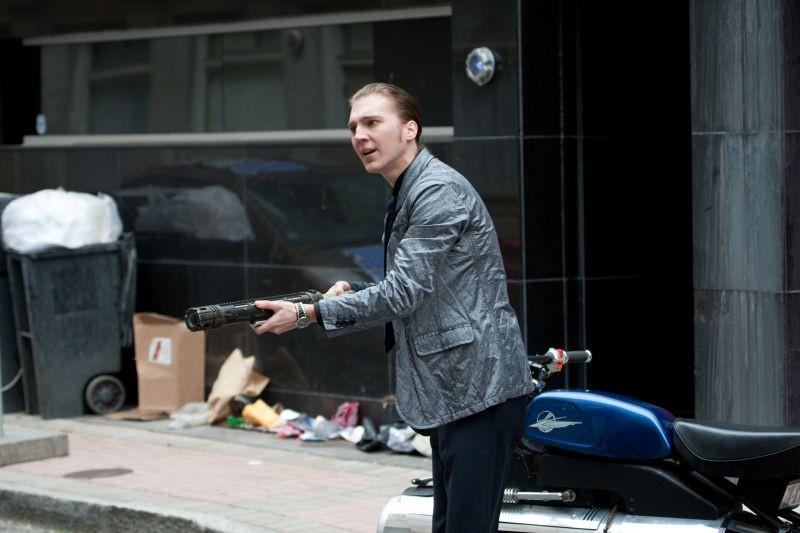 Looper: Paul Dano in una scena del film con il suo fucile