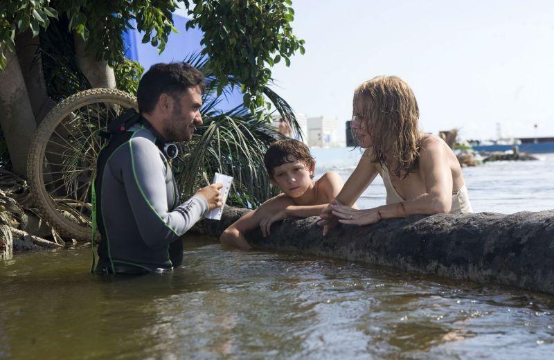 Naomi Watts e Tom Holland sul set di The Impossible insieme al regista Juan Antonio Bayona